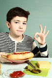 Junge mit selbst gemachtem enormem Würstchenlächeln Lizenzfreies Stockfoto