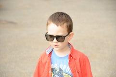 Junge mit Sonnenbrille Stockbild