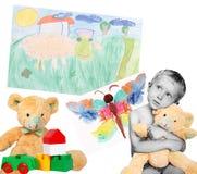 Junge mit Spielwaren und Zeichnungen Lizenzfreies Stockfoto