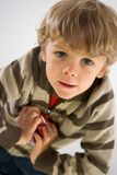 Junge mit Spielzeug lizenzfreie stockfotos