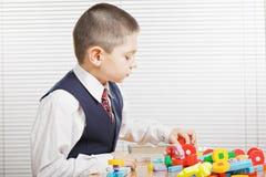 Junge mit Spielzeug blockt sideview Stockbild