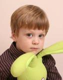 Junge mit Spielzeug-Kaninchen Lizenzfreies Stockfoto