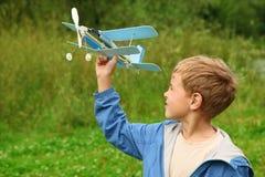 Junge mit Spielzeugflugzeug in den Händen Lizenzfreies Stockfoto