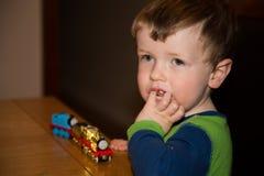 Junge mit Spielzeugzug stockfotografie