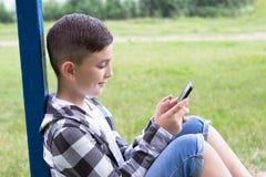 Junge mit stilvollem Haarschnitt stockbilder