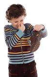Junge mit stinky Schuh Lizenzfreie Stockfotos