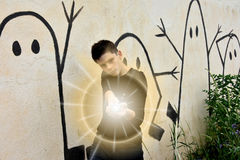 Junge mit Taschenlampe Stockbilder