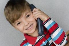 Junge mit Telefon Lizenzfreie Stockfotos