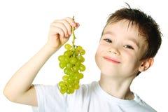 Junge mit Trauben stockfoto