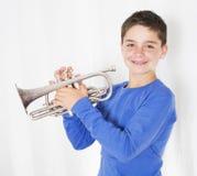 Junge mit Trompete lizenzfreies stockfoto