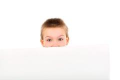 Junge mit unbelegtem Papier Stockfotografie