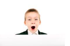 Junge mit unbelegtem Papier Stockfotos