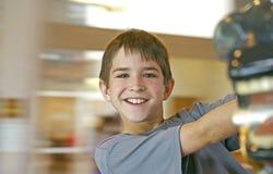 Junge mit unscharfem Hintergrund Stockfotografie