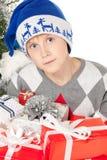 Junge mit vielen Weihnachtsgeschenken Lizenzfreies Stockfoto