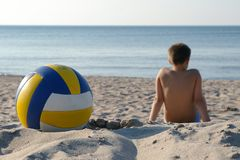 Junge mit Volleyball auf Strand. Lizenzfreies Stockfoto