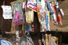 Junge mit Waren auf seinem Kopf Stockfotos