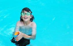 Junge mit Wasser-Gewehr Lizenzfreies Stockfoto