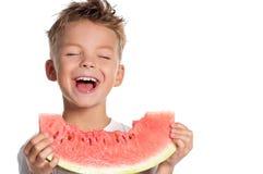 Junge mit Wassermelone Stockbild