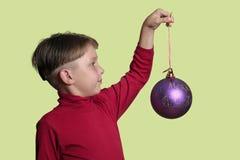 Junge mit Weihnachtsflitterdekoration stockfotos