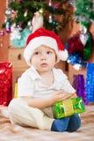 Junge mit Weihnachtsgeschenk Lizenzfreie Stockfotografie