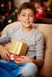Junge mit Weihnachtsgeschenken stockfoto