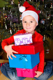 Junge mit Weihnachtsgeschenken; Boy with Presents Royalty Free Stock Photos