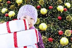 Junge mit Weihnachtsgeschenken unter Baum Lizenzfreie Stockfotos
