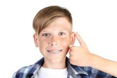 Junge mit zahnmedizinischen Klammern lizenzfreies stockbild