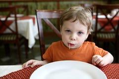 Junge mit Zahnstocher Stockfoto