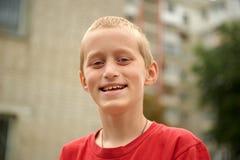 Junge mit zehn Jährigen, der den draußen lächelnden Spaß hat Stockbilder