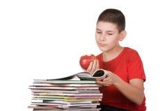 Junge mit Zeitschriften Lizenzfreie Stockfotografie