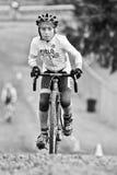 Junge männliche Fahrrad-Aufstiege während des Cycloross Ereignisses Stockfotos
