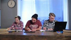 Junge männliche Studenten, die für Highschool Prüfungen sich vorbereiten stock video