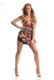 Junge Mode-Frau, die ein Blumensommerkleid trägt Lizenzfreies Stockfoto
