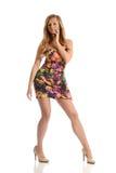 Junge Mode-Frau, die ein Blumensommerkleid trägt Stockfotos