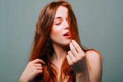 Junge Mode-Modell-Porträtrothaarige-Schönheitsfrau stockfotos