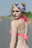 Junge Mode und blonde Frauenaufstellung sexy an der Straße Stockbilder