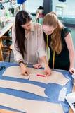 Junge Modedesigner, die über Plan sprechen Stockfoto
