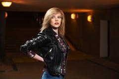 Junge Modefrau in der Lederjacke Stockfotos