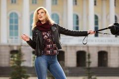 Junge Modefrau in der Lederjacke mit Handtasche Stockfotos