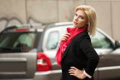 Junge Modefrau, die auf die Stadtstraße geht Lizenzfreie Stockbilder