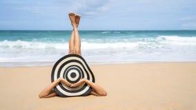 Junge Modefrau entspannen sich auf dem Strand Glücklicher Insellebensstil Weißer Sand, blauer bewölkter Himmel und Kristallmeer d stockbild