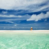 Junge Modefrau entspannen sich auf dem Strand Glücklicher Lebensstil lizenzfreie stockfotografie