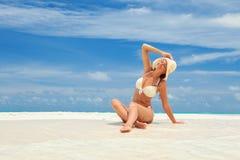 Junge Modefrau entspannen sich auf dem Strand Glücklicher Lebensstil stockfotos