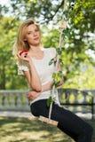 Junge Modefrau mit Apfel in einem Stadtpark Lizenzfreies Stockbild