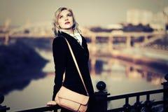 Junge Modefrau mit Handtasche auf Stadtstraße Lizenzfreies Stockbild
