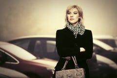 Junge Modefrau mit Handtasche gehend in Stadtstraße Lizenzfreies Stockfoto