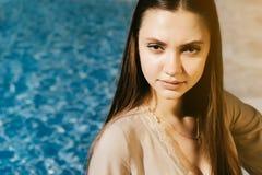 Junge Modefrau nahe Swimmingpool, copyspace, heißer Sommer Lizenzfreies Stockbild