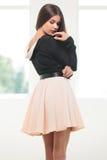 Junge Modefrau schaut über Schulter Lizenzfreie Stockfotos