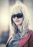 Junge ModeGeschäftsfrau in der Sonnenbrille gehend in Stadtstraße Stockfotografie